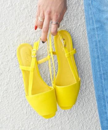 爽やかな黄色はデニムとの相性も◎。夏のカジュアルコーデの差し色にぴったりの黄色のサンダルです。