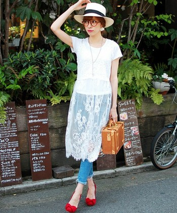 小物や靴にさり気なく赤をプラスしても◎。白のレースワンピースにTシャツ、ジーンズを合わせた涼しげな夏コーデ。差し色として使った赤のメガネとリップ、パンプスが、シンプルなコーデに凛とした女性らしさをプラスしています。