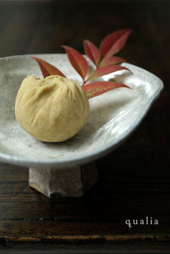 以前の日本では、どこの山でも採れたことから多くの人に親しまれていた栗。殻ごと乾燥させた栗を臼でつくことを「搗つ」(かつ)と言うことから「勝つ」に転じ、勝負事に縁起の良い食材と言われてきました。  上生菓子の「栗きんとん」は、おせちのものとは異なります。餡を裏ごしして栗のイガのようにしたものと、裏ごしして茶巾にしたものがあり、京都では後者のものを「茶巾」と呼んでいます。ほっくりした栗の甘さが上品なお菓子です。
