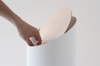 フタは1枚の板を乗せてあるだけですが、緻密な計算と角度により自らバランスを保ち、軽い力で開閉可能となっています。ネジも固定具もないので、シンプルで掃除がしやすいデザインです。