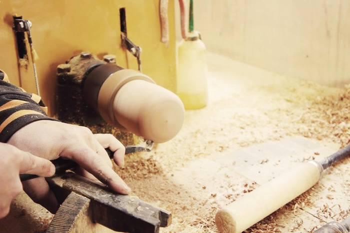 YUKI woodは、明治41年創業の我戸幹男商店の木地師により、無垢の木から一つ一つていねいに削り出して作られています。匠の技と、国産水目桜の上品な木目が美しさを際立たせます。