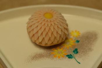 9月9日は「重陽の節句(ちょうようのせっく)」。不老長寿長寿や繁栄を願う日で、「菊の節句」とも呼ばれています。  和菓子でも菊は長寿のシンボルとして、慶弔用のお菓子を始め催事などに用いられています。  「はさみ菊」は、その名の通り専用のはさみで一つずつ花びらを作っていきます。菊は品種が多く、色や花びらの枚数が異なるので、上生菓子にも個性が表れるのが魅力です。