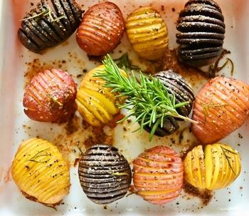 おしゃれメニューとして定番化した「ハッセルバックポテト」も、カラーのじゃがいもを使うと、インパクト抜群の新メニューに!普段のお料理に副菜として添えるだけでもテーブルが華やぎますよ。