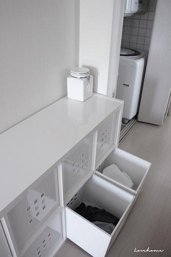 こちらはバスルームに置かれたイケアの棚。真っ白な空間は生活感がなくとてもスッキリシンプルです。下の引き出し二つはランドリーボックスとして活用中。脱いだ服を色物と白物に分けてこちらに入れておいて、そのまま洗濯かごとして使える便利なアイデアです!洗剤も白い瓶に詰め替えて。徹底的に生活感を無くしています。