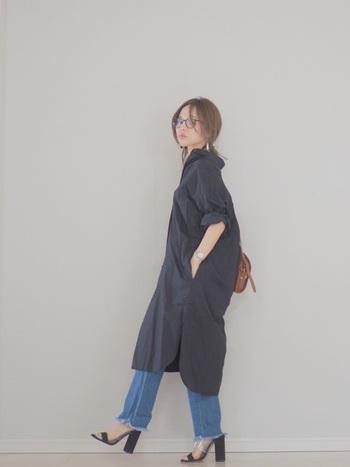 シャツワンピも抜き襟にするのが今年らしい着こなし方。髪をアップスタイルにして、くしゅっと袖をロールアップしたら、黒のワンピースも重くならず軽やかに着こなせます。