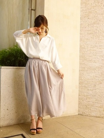 白シャツにライトグレーのスカートを合わせたキレイめスタイル。全体的にゆるっとしたシルエットですが、シャツをスカートにINすることで、もたつかずにすっきりと着こなせます。