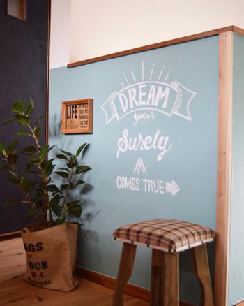 こちらは壁にそのままチョークアートを描いた力作。壁紙の上から貼ることができるシール式の黒板壁紙は、お洒落な空間作りにぴったり!