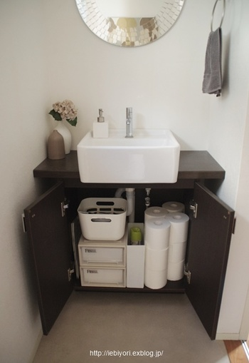 トイレのような場所ほどキレイな状態で気持ちよく使いたいですよね。そのためにはトイレ用品をどう収納するか。 清掃道具は必要ですが、出来れば目立たせたくないものです。