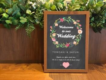 カラフルなお花があしらわれたウェディングボードは、結婚式らしく華やかな雰囲気に♪