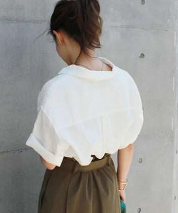 襟を後ろに引っ張れば完成です。たったこれだけで今年らしいトレンドのシャツスタイルに。さらに、ヘアをアップスタイルにすると、うなじが見えて女性らしさが引き立ちますよ。