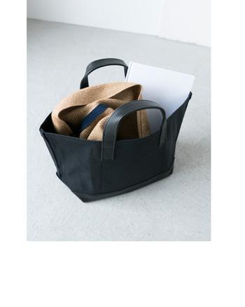 柔らかな素材で作られているため、形を変えることができるのも魅力。使わないときは折り畳んで、バッグに閉まっておけるので持ち運びも楽チンです。いつものコーデにかぶるだけで季節感をプラスすることができますよ。