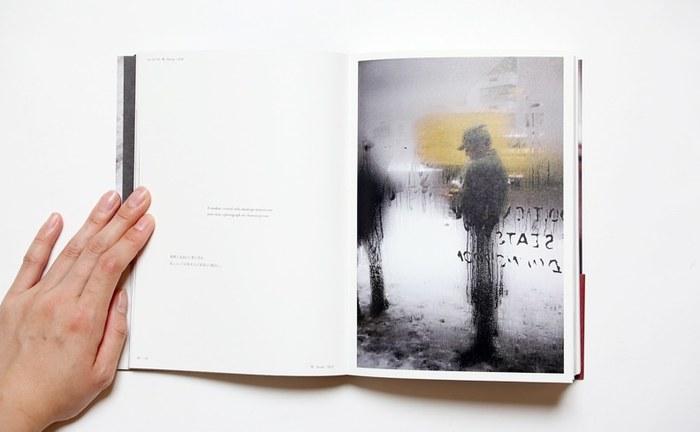 画家でもあったソール・ライターは、雨の窓越しの景色もたくさん残しています。斬新な構図と独特の色彩感覚で切りとられた作品は、抽象絵画のようにも見えますね。