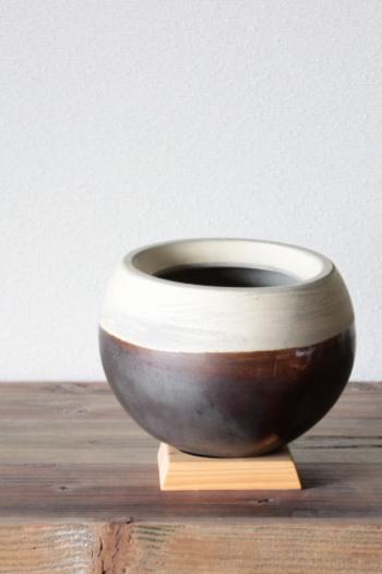 底までまん丸な鉢カバー。木製の台座付きです。コロンとしたフォルムがかわいくもあり、モダンな雰囲気も。鉢のデザインがお部屋のインテリアと合わないときも、これがあれば大丈夫♪ そして、このまん丸なデザインを生かしたもう一つの活用術があるんです。(次の画像につづく)