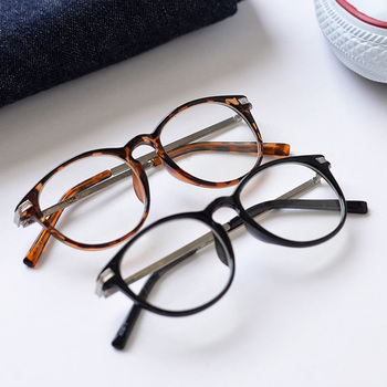 眼鏡としてデイリーユースしつつ、紫外線が気になるこれからの季節にはサングラスとして大活躍してくれますよ。