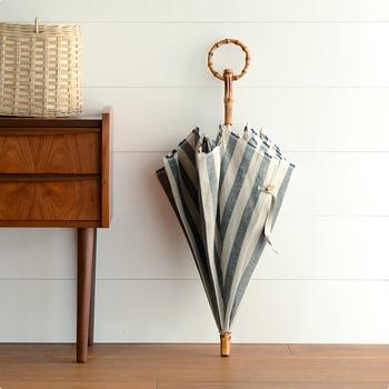 置いているだけでも絵になる佇まい。竹の輪っかは腕を通せるので持ち運びもラクラク。デザインも機能性も兼ね備えた日傘は一生ものになってくれますよ。