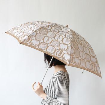 【槙田商店(まきた商店)| 晴雨兼用折り畳み傘 FRUKTLADA】  1866年創業の槙田商店とデザイナー・スティグ・リンドベリがコラボレーションして生まれた贅沢な傘。「FRUCTRADA(フルクトラーダ)」の傘は、白地にベージュで描かれたフルーツ柄がなんとも愛らしく、ちょっぴり光沢のある質感が美しい傘です。