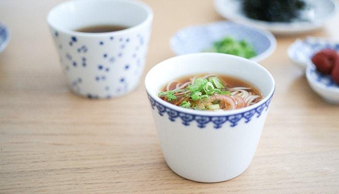 そもそもそば猪口とは、「猪口」という文字からも分かるように、イノシシの口のようにちょっと尖った形からきているそう。その歴史はなんと300年で、はじめは日本酒を飲むときに使う「おちょこ」を会席料理の際、和え物などを入れる小鉢として、少し大きめに作ったのが「蕎麦猪口」の起源だと言われています。
