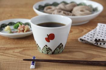 1971年に開窯した石川県南部能美市の「九谷青窯」で人気の作家、米満麻子氏が手がける蕎麦猪口「色絵葉っぱに蝶」。