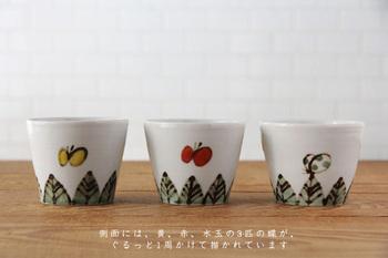 側面には、黄色、赤、水玉模様の蝶がぐるっと取り囲むように描かれていて、シンプルであたたかみのあるデザインは、蕎麦猪口としてだけでなく、デザートやコーヒーなどの器としても食卓をほっこりと彩ってくれそう。