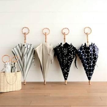 天然素材のナチュラルな雰囲気が素敵な「SUR MER(シュールメール)」のリネン日傘。一本一本職人さんの手で丁寧に作られた日傘は、とても涼し気で上品です。持ち運びに便利な折りたたみタイプもあり、リネンの他にコットン素材の日傘もありますよ。