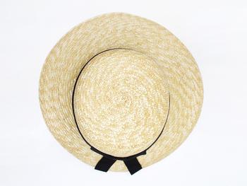 普段使いにもお出かけにも◎の「CLASKA(クラスカ)」の麦わら帽子。明治時代から続く工房で作られる麦わら帽子は、一点一点ミシンで丁寧に作られています。シンプルなデザインで、浅めのつばタイプと深めのつばタイプの2種類があります。