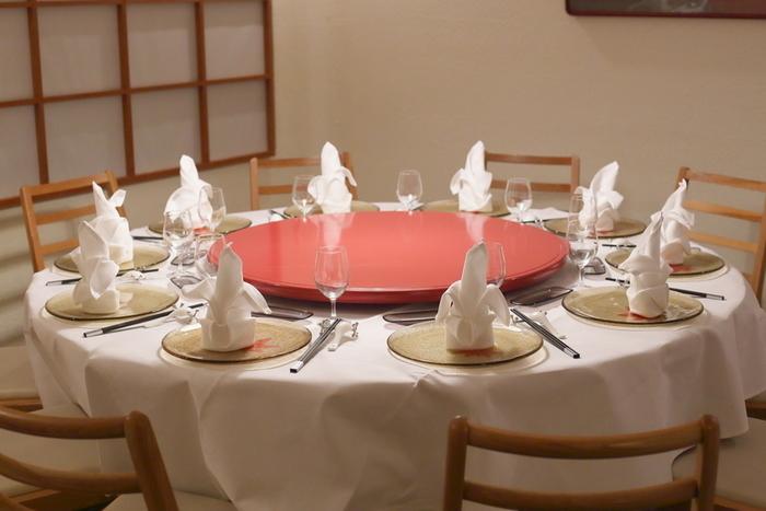 和風の室内に、品よく円卓が置かれた店内。京風の創作中華を代表するお店として、多くのリピーターから愛されている人気店なので、予約をしてから訪れるのがおすすめです。
