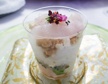 「メイタカレイと中華の前菜のミルフィーユ」。パフェのようにグラスに盛られた前菜は、幾重にも重ねられた食材の層を楽しみながら召し上がれ。