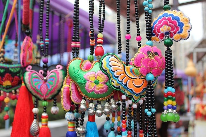 あざやかな色合いが美しい中国刺繍。一言で中国刺繍と言っても、主なものから、少数民族がひっそりと伝えた伝統的な刺繍もある。