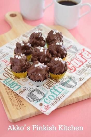 溶かしたチョコレートにグラノーラ混ぜてひと口サイズ固めたボールは、ちょっとつまめるおやつにも、お呼ばれしたときの手土産にも重宝します。ドライミントはあらかじめ手で揉んで細かくしておくのがポイントだそうですよ。
