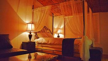 寝室には、極上の眠りを約束してくれるエレガントなキャノピー(天蓋)付ベッド。このほかにも、夜風を浴びながら入浴できるアウトドアリゾートバスや、ゆったりくつろげるハンモックなどが揃い、まるで映画の主人公になったかのような、非日常を満喫できる仕掛けがいっぱいです。
