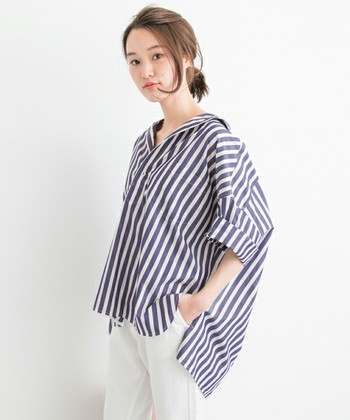 """抜き襟をするときは""""ビッグシルエット""""のシャツを選んでみて。いつものサイズのシャツでも抜き襟はできますが、ゆったりシルエットのシャツをゆるっとラフに着こなすことで、今年らしい雰囲気に。"""