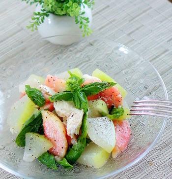 「冬」と名前がついているけれど旬は夏、それが冬瓜です。瑞々しくさっぱりした味わいは夏にピッタリ。さらにカリウムや食物繊維などがたっぷり含まれていて、夏バテやむくみ対策にも効果的。同じく夏が旬の桃と合わせて、淡いグリーンにピンクが映える華やかサラダに仕立てます。