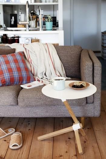 スチールと木の組み合わせがやさしい雰囲気のサイドテーブル。スタイリッシュなデザインが魅力的です。