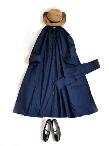 ネイビーのワンピース×ストラッパンプスの乙女コーデに麦わら帽子を合わせて。涼やかで可憐な印象の夏らしいスタイルです。