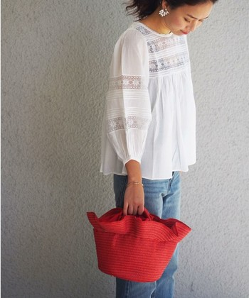 ナチュラルカラーのかごバッグも定番で使いやすいですが、ちょっぴりアクセントが欲しい人は【カラーかごバッグ】はいかが? レッドやネイビー、イエローなら夏のコーディネートに合わせやすいですよ。