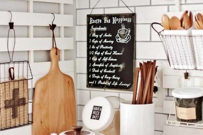 キッチンの壁にすのこを取り付けて、フックやクリップで可愛く吊るせば、収納力抜群の見せる収納に。カッティングボードや木のカトラリーなど、可愛いキッチンアイテムが並んでるのを見ることで気持ちもワクワクしますね。