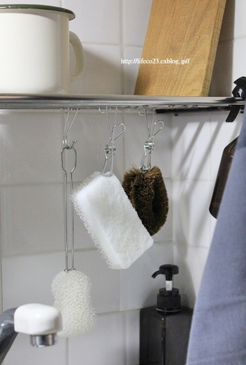 キッチンスポンジやタワシは、クリップで吊るしておくとサッと使いやすく、スポンジも乾きやすくて◎。