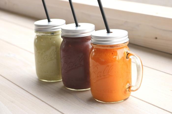 野菜とフルーツが簡単に摂れる、美味しくて飲みやすい「スムージー」。 健康や美容に良いと聞くけど、実は作り方によっては糖質量が高めになってしまいがちってご存知ですか?