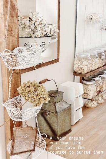 柱に3段ラックをぶら下げると、飾りながらちょっとした収納スペースとして使えて便利です。