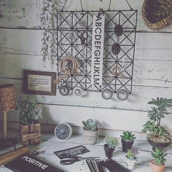 フックをかけて吊るして雑貨を飾ったり、壁面収納が出来るラック。100円ショップのアイテムでとても簡単に作られた物なんです。ちょっとした壁面のスペースにぴったり。
