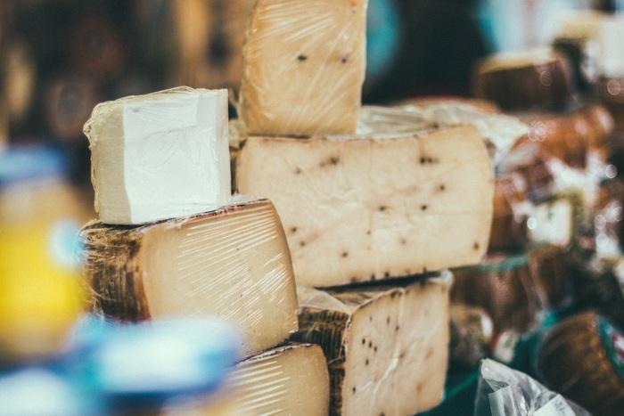 野菜メインの料理にコクや旨味を付け加えるのに欠かせないのがチーズ。マイルドな味わいならクリームチーズやモッツァレラ、塩気を加えるならペコリーノ・ロマーノやパルミジャーノ、刺激的な香りと奥行きを加えるならゴルゴンゾーラ…作りたい味によって種類を選ぶのも楽しいですね。