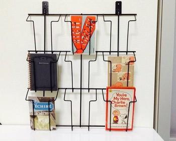 壁面のディスプレイや収納に便利なアイアンカードラック。お洒落なポストカードなどを飾って楽しめます。