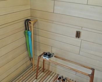 玄関先のコーナーに立てかけて使うシンプルでお洒落な傘かけ。ちょっとしたスペースに置くことが出来て、傘をさっと引っかけて収納することが出来ます。