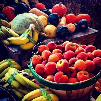 すっきりと甘くて飲みやすいスムージーにたっぷり使われる事の多いフルーツ。フルーツ好きの女性は多いですが、果物に含まれる「果糖」は体の中で、ブドウ糖よりも脂肪に置換えられやすい性質があると言われています。ビタミンが豊富でおいしいフルーツスムージーですが、ダイエット中の方は要注意です。