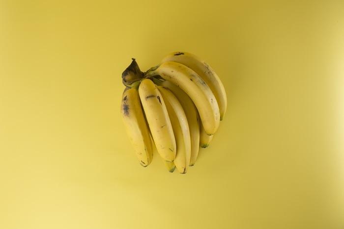 例えば、マンゴーとバナナのスムージー。 マンゴー1/3にバナナ1本を使うと、それだけでも糖質量は約30g程度もあるそう。2杯飲むとごはん1杯程度の糖質量と遜色なくなってしまうのです。