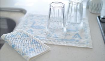 水切りカゴに重ねて置きたくないような大切なグラス類は、洗い物が終わったらスポンジワイプの上に逆さにして置いておけば◎