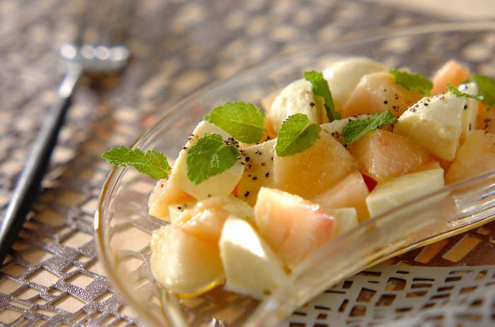夏が旬の桃を使ったカプレーゼは見た目も可愛く、爽やかな味わい。スッキリした香りのミントも食欲をそそります♪
