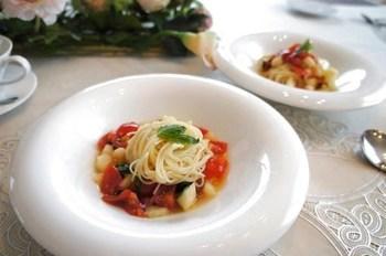 品よく盛り付けられたフルーツたっぷりカッペリーニ。桃とパスタの相性は抜群で、レストランでも良く見かける一品。ご自宅でもチャレンジしてみてはいかがでしょうか?