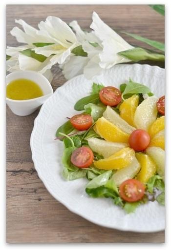 水分たっぷりなフレッシュフルーツとベビーリーフが美味しいサラダ。ドレッシングにコンポートをプラスすることでよりフルーティーさが感じられます。