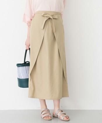 フロント部分にリボンのある個性的なラップスカート。ストンと落ちたきれいなラインが上品でフェミニンな印象です。